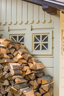 Stukken hout voor het vuur