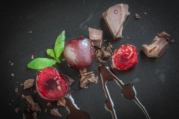 Stukken melkchocolade en kersen