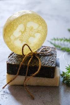 Stukken natuurlijke zeep met gedroogde kruiden en zeep met luffa. natuurlijke kruidenproducten. spa cosmetica