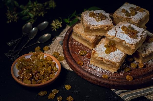 Stukken taart en rozijnen op plaat