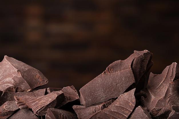 Stukken van donkere chocolade en snoep, dessert eten