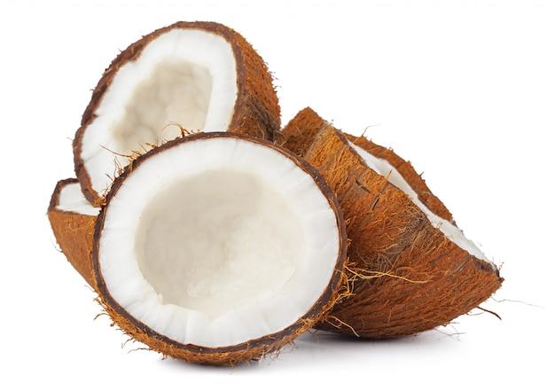 Stukken van een kokosnoot op wit