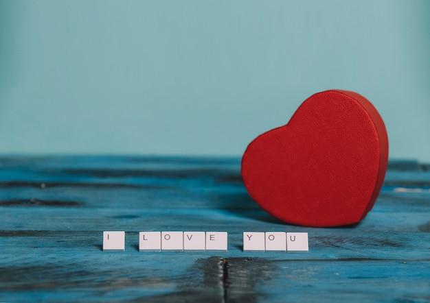 Stukken van een toetsenbord met het woord i love you en een rood hart