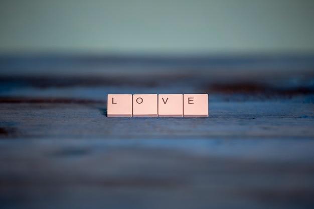 Stukken van een toetsenbord met het woord liefde