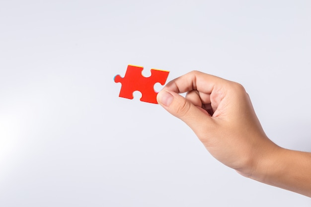 Stukken van puzzel in de handen van de vrouw