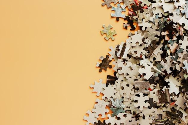 Stukken van puzzel op beige kleurenachtergrond voor kinderen educatief stuk speelgoed