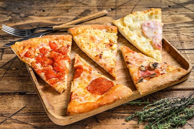 Stukken van verschillende soorten pizza's.