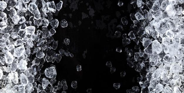 Stukken verpletterd ijs op zwarte achtergrond