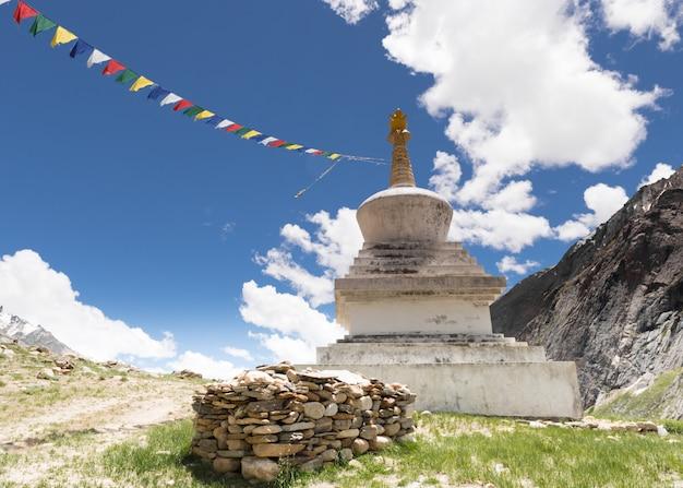 Stupa en gebedsvlaggen in de berg, kashmir-india