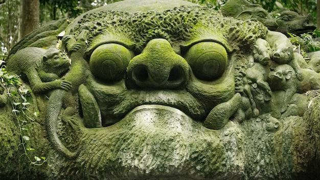 Stutue van gezicht in sacred monkey forest, ubud, bali, indonesië