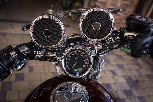 Stuurwiel met muzieksprekers op een motorfiets