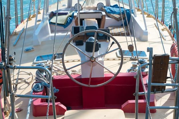 Stuurwiel op het jacht met blauwe zeewaterachtergrond