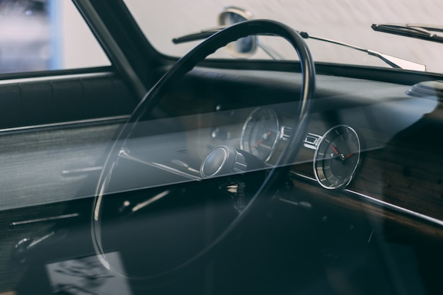 Stuurwiel van een auto met bruin interieur