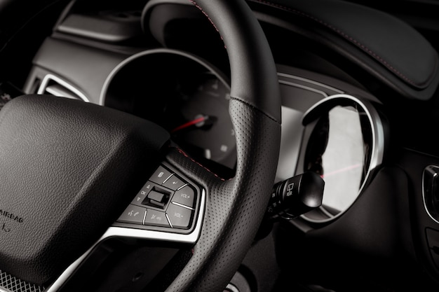 Stuurwiel van een nieuw voertuig close-up, interieur cockpit, elektrische knoppen