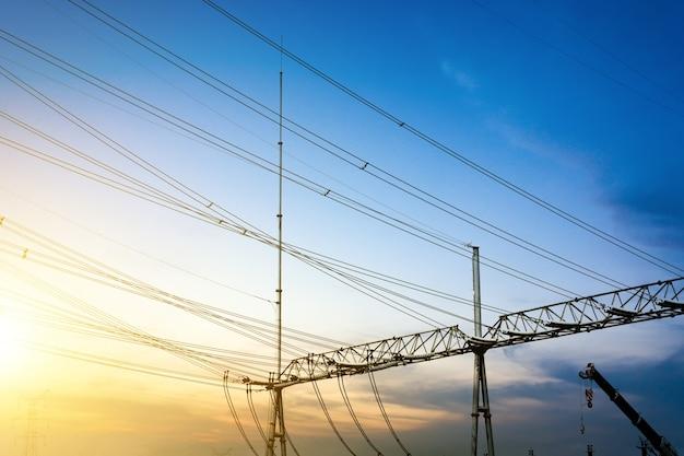 Substation apparatuur en dichte lijnen, blauwe toon kaart.