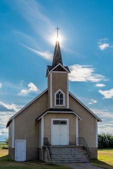 Suburst over de torenspits van de historische lutheran kerk van nordland in saskatchewan, canada