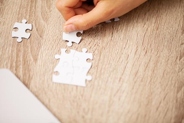 Succes bedrijfsconcept, vrouw maakt puzzel