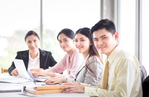 Succes commercieel team in vergaderzaal met laptop en documenten voor zaken of financiëndi
