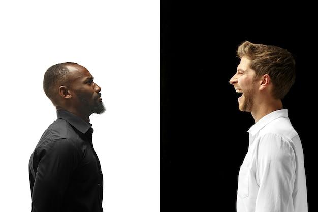 Succes gelukkige afro en blanke mannen