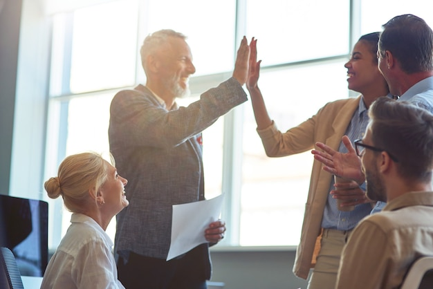 Succes vieren gelukkige volwassen man en jonge vrouw die elkaar high five geven na een ontmoeting