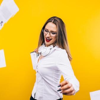 Succes vieren. portret van jonge en mooie bedrijfsvrouw die in rok documenten overgeven en terwijl glimlachen.