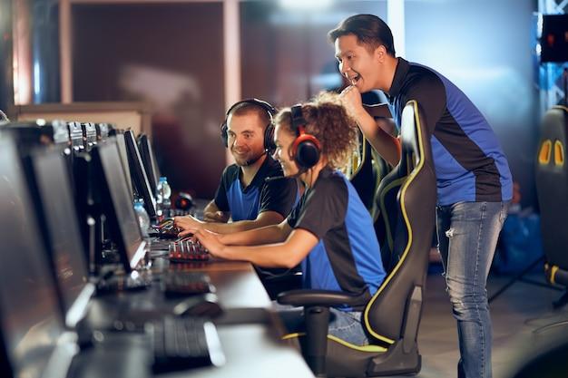 Succes vieren. team van professionele tiener-cybersportgamers die deelnemen aan esports-toernooien en online videogames spelen
