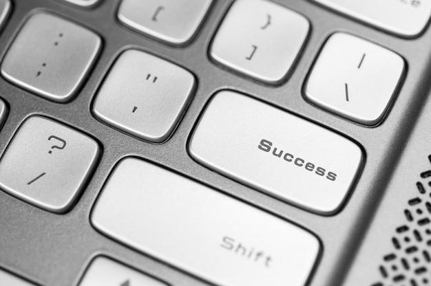 Succesconcept metalen toetsenbord met succes op enter-toetsachtergrond, geselecteerde focus.