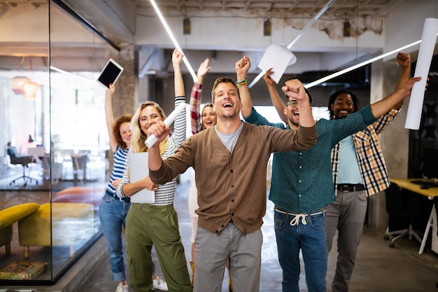 Succesvol bedrijf met gelukkige medewerkers collega's in modern kantoor
