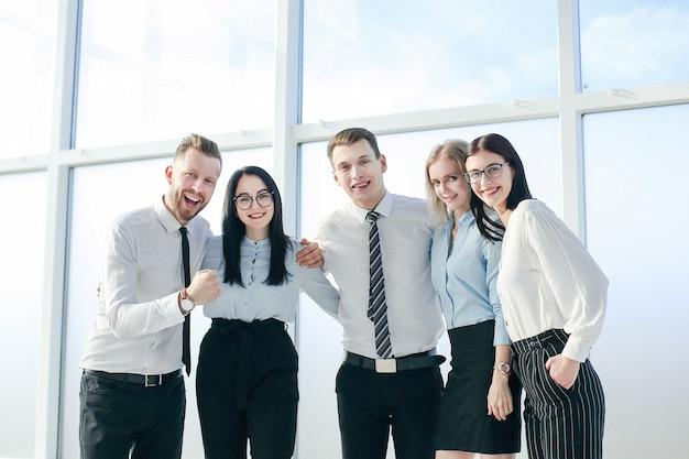 Succesvol business team staat in de buurt van het loket. foto met kopieerruimte