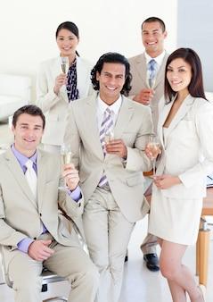 Succesvol commercieel team dat champagne drinkt