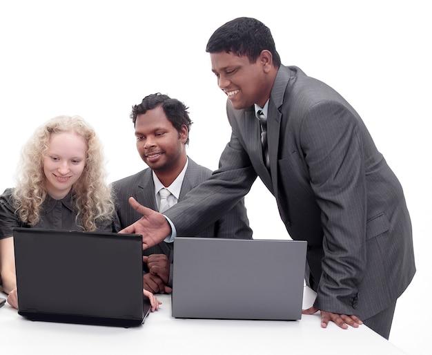 Succesvol commercieel team dat de informatie met laptop bespreekt
