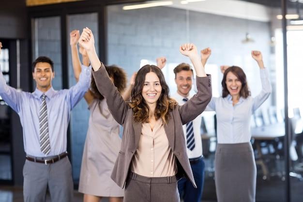 Succesvol commercieel team dat hun overwinning in bureau viert