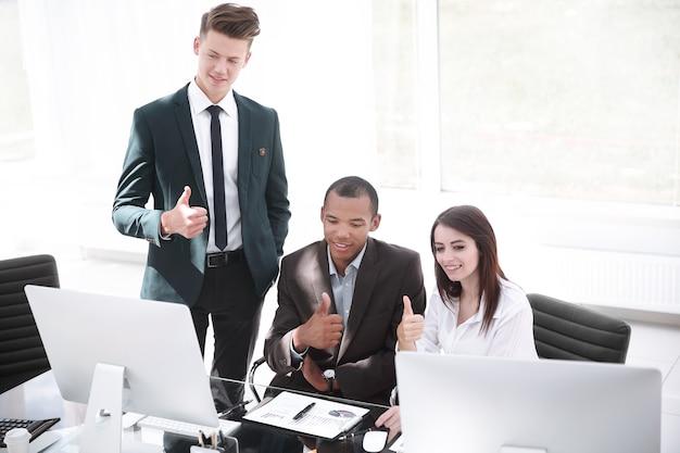 Succesvol commercieel team dat laptop het scherm bekijkt