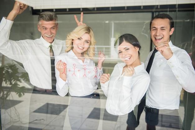 Succesvol commercieel team dat zich in lijn op kantoor bevindt.