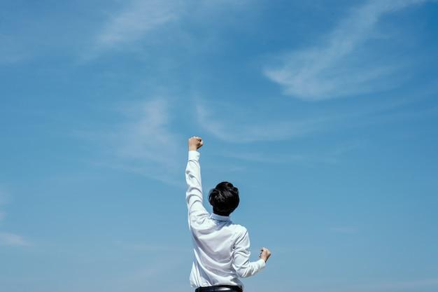 Succesvol concept. zakenman uiting geven aan zijn succes te vieren.