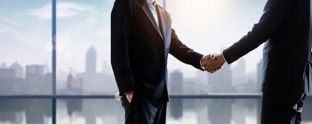 Succesvol onderhandelen en handdruk concept, twee zakenman hand schudden met partner om feest partnerschap en teamwork, zakelijke deal te vieren