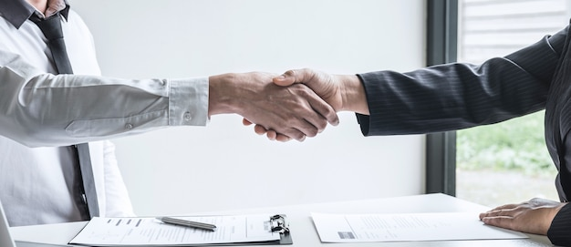 Succesvol sollicitatiegesprek, baas werkgever in pak en nieuwe werknemer handen schudden na onderhandeling en interview, carrière en plaatsing concept