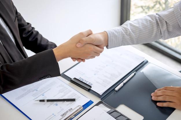 Succesvol sollicitatiegesprek, boss werkgever in pak en nieuwe werknemer handen schudden na onderhandeling en interview, carrière en plaatsing