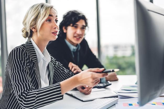 Succesvol van twee informele zaken bespreken en werken met desktopcomputer. creatieve zakenmensen plannen en brainstormen in modern kantoor. teamwerk concept