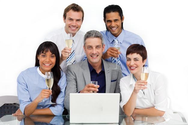 Succesvol zakelijk team roostert met champagne