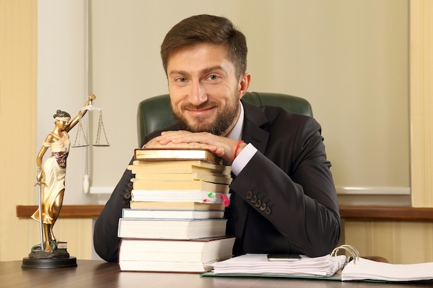 Succesvolle advocaat in kantoor zittend aan een bureau