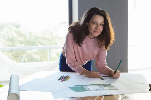 Succesvolle architecturale ontwerper die bij haar studio werkt