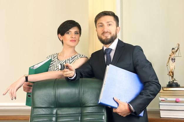 Succesvolle bedrijfsjuristen man en vrouw in vaste werkkamer