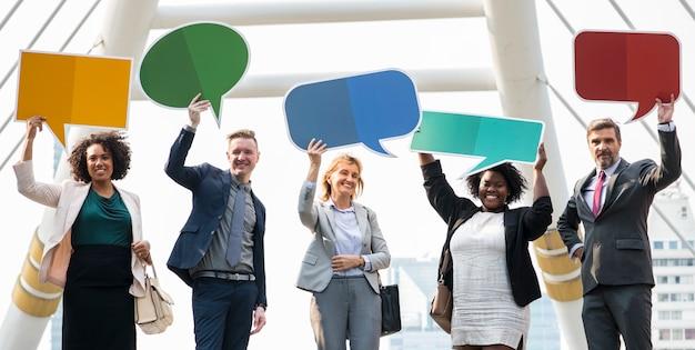 Succesvolle bedrijfsmensen met toespraakbellen