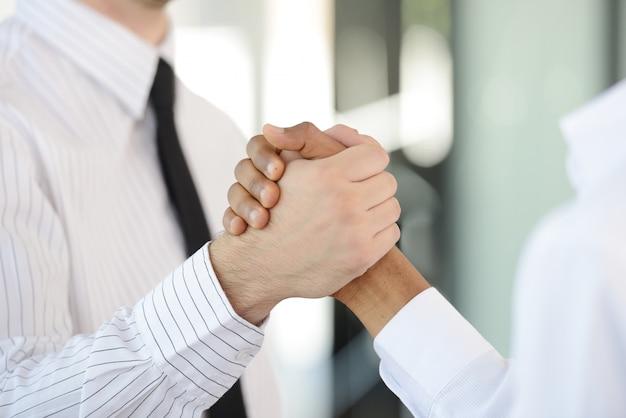 Succesvolle bedrijfsmensen schudden na grote overeenkomst de hand