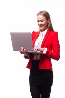 Succesvolle bedrijfsvrouw die laptop houdt - die over wit wordt geïsoleerd