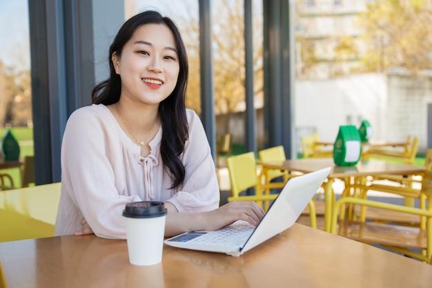 Succesvolle blogger werkt aan artikel in straatcafé