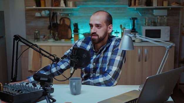 Succesvolle bloggers praten tijdens podcast met professionele opnameapparatuur. creatieve online show on-air productie internetuitzending host streaming live inhoud, opnemen van digitale sociale media comm