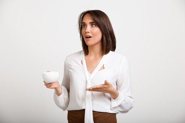 Succesvolle dame baas koffie drinken, praten met collega