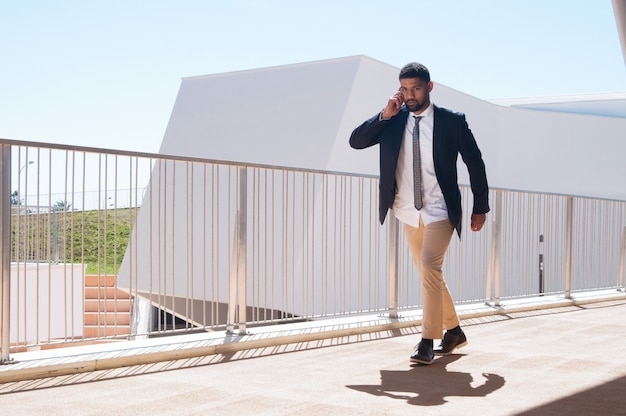 Succesvolle drukke ondernemer haast zich naar kantoor